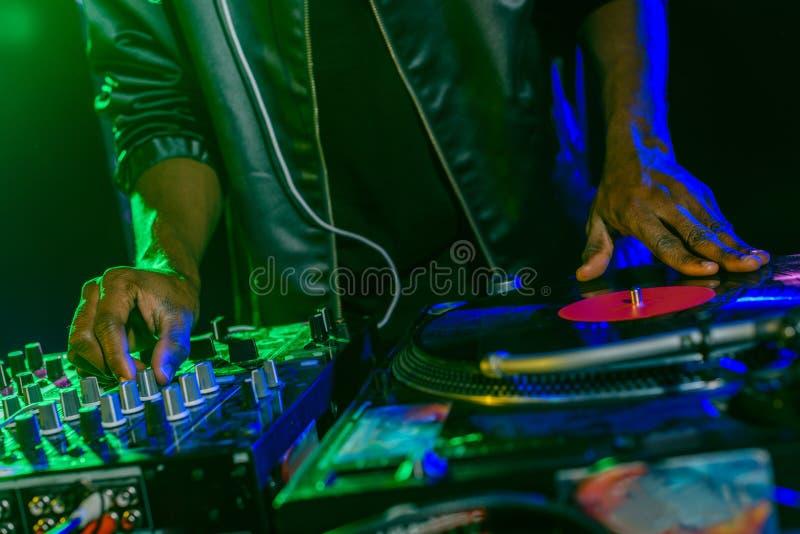 discjockey med den solida blandaren och vinyl arkivfoto