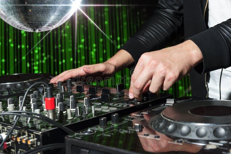 discjockey på nattklubbpartiet royaltyfri bild