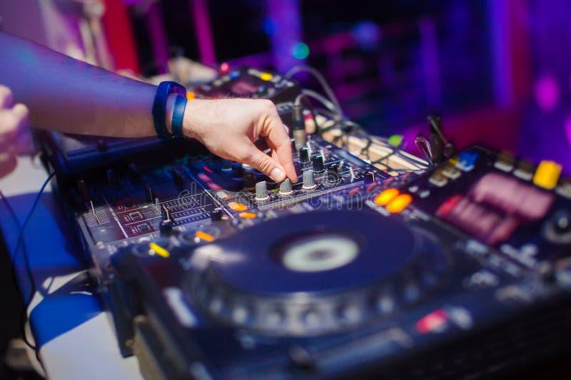 discjockey som blandar musik på konsolen på nattklubben royaltyfri bild