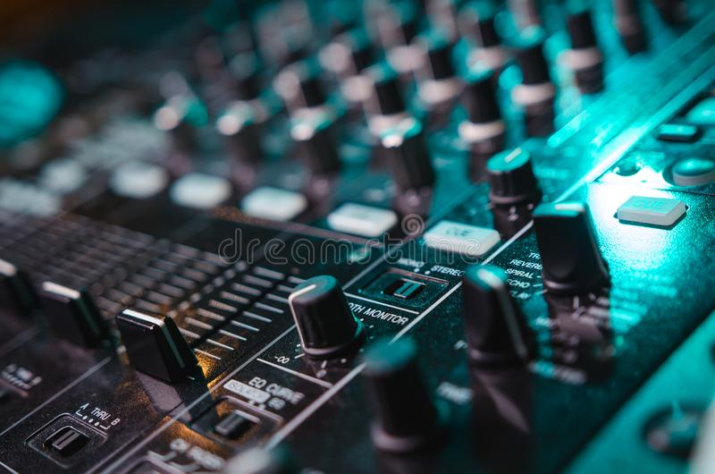 discjockey som blandar musik på konsolen på nattklubben fotografering för bildbyråer