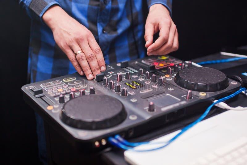 discjockey som blandar musik på konsolen på nattklubben arkivfoto
