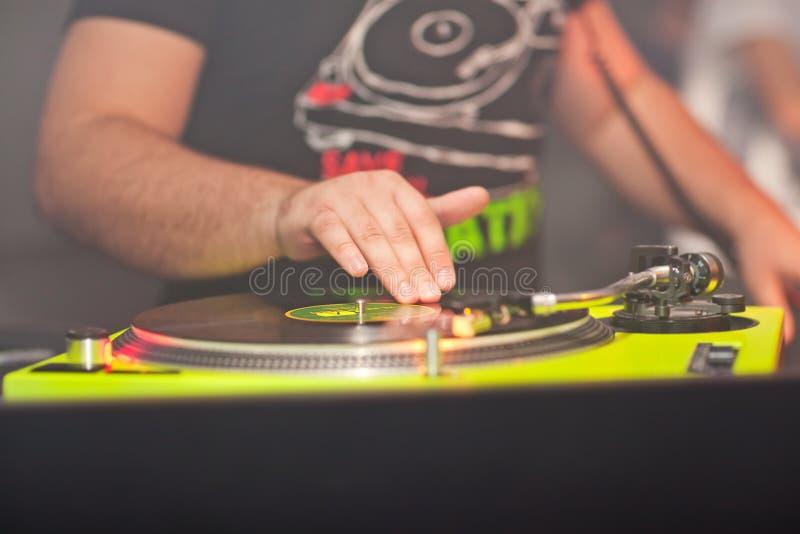 discjockey som blandar musik på vinylrekord på nattklubben arkivfoto