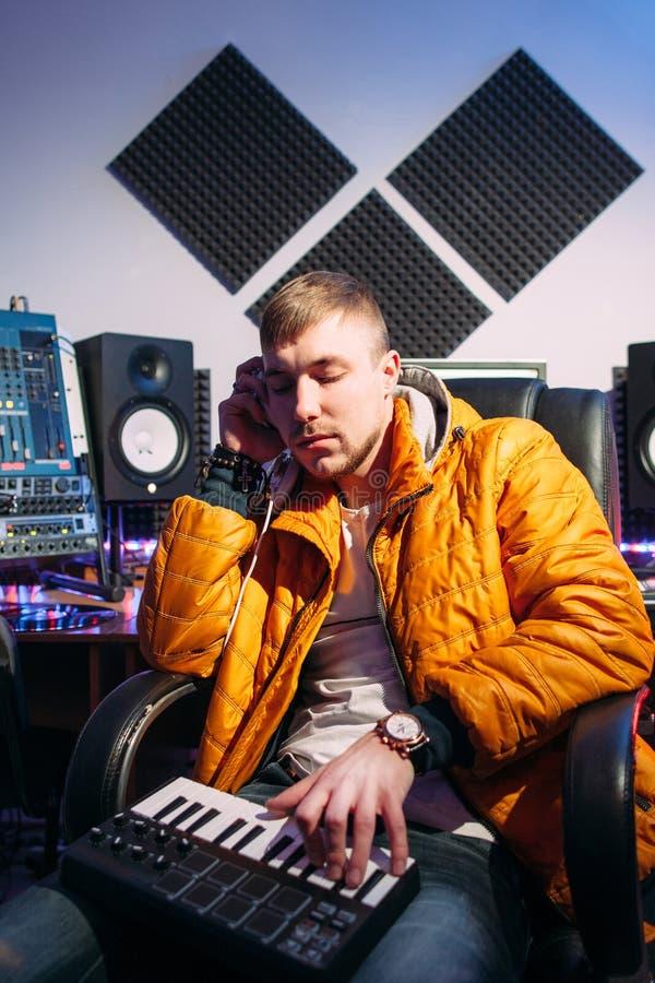 discjockey som lyssnar till musik i inspelningstudio royaltyfria foton