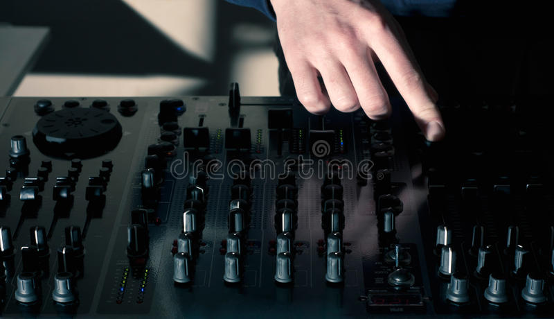 discjockeyhand som blandar på blandare för ljudsignalbräde arkivfoto