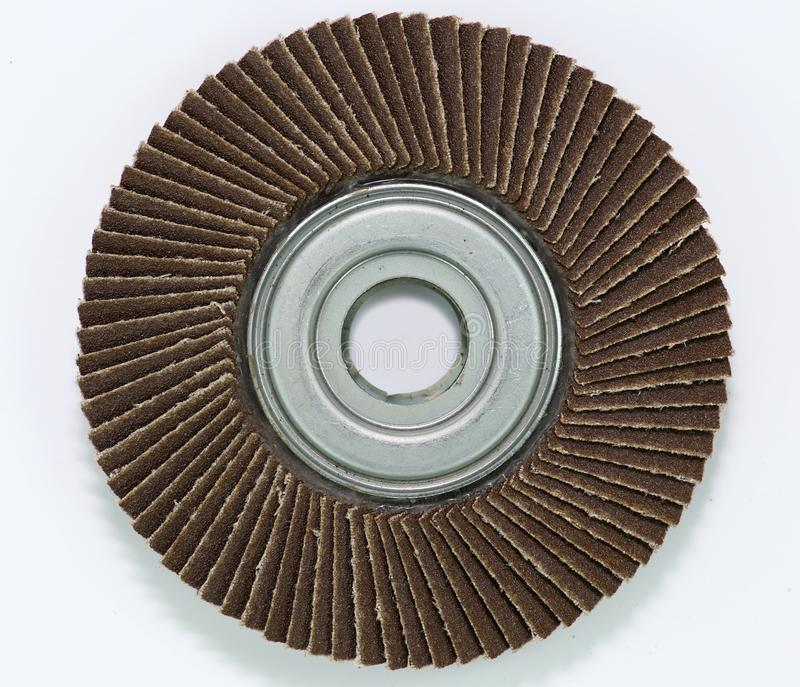 Disco abrasivo per la smerigliatrice su fondo bianco fotografia stock