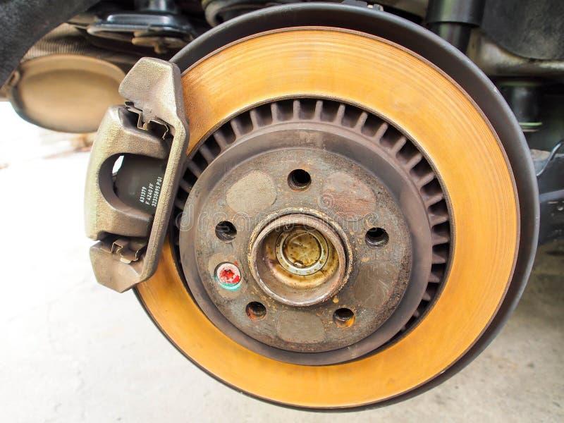 Disco arrugginito del freno della ruota posteriore fotografia stock libera da diritti