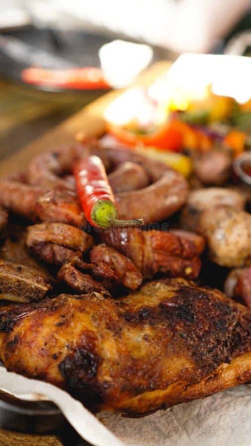 Disco asado a la parrilla mezclado de la carne Carne asada a la parrilla deliciosa clasificada con la verdura fotografía de archivo