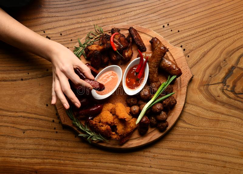 Disco asado a la parrilla mezclado de la carne Salchichas asadas a la parrilla deliciosas clasificadas de las alas de pollo imágenes de archivo libres de regalías