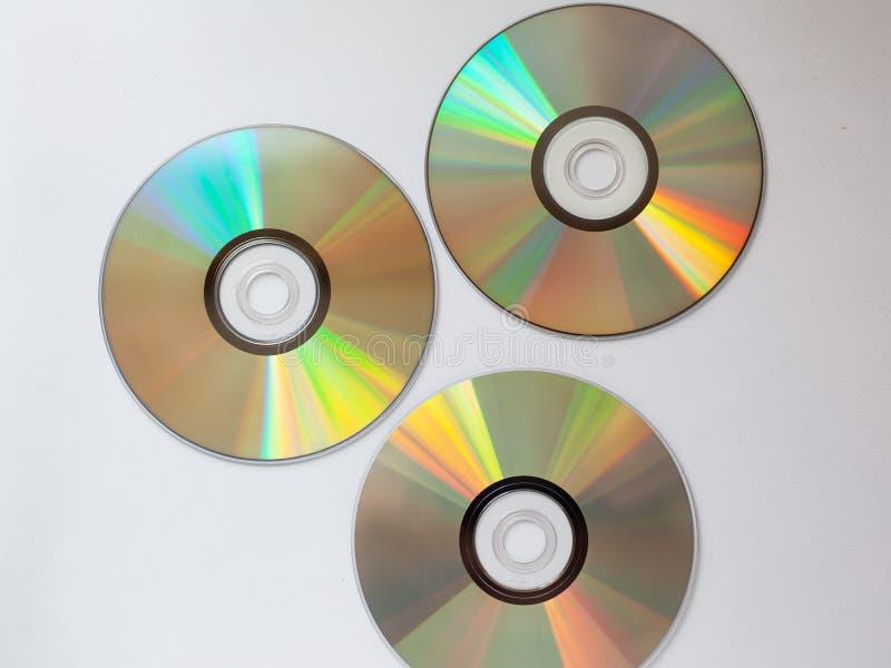 disco compacto dispersado 3 del Cd con música en un fondo blanco foto de archivo