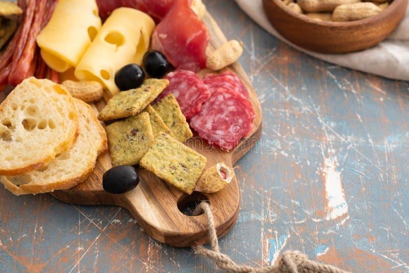Disco con el jamon español o el crudo italiano del prosciutto, queso duro italiano cortado del jamón salami secado hecho en casa  fotos de archivo libres de regalías