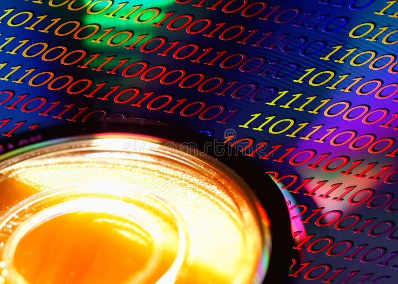 Disco de DVD com código de Binaire fotos de stock