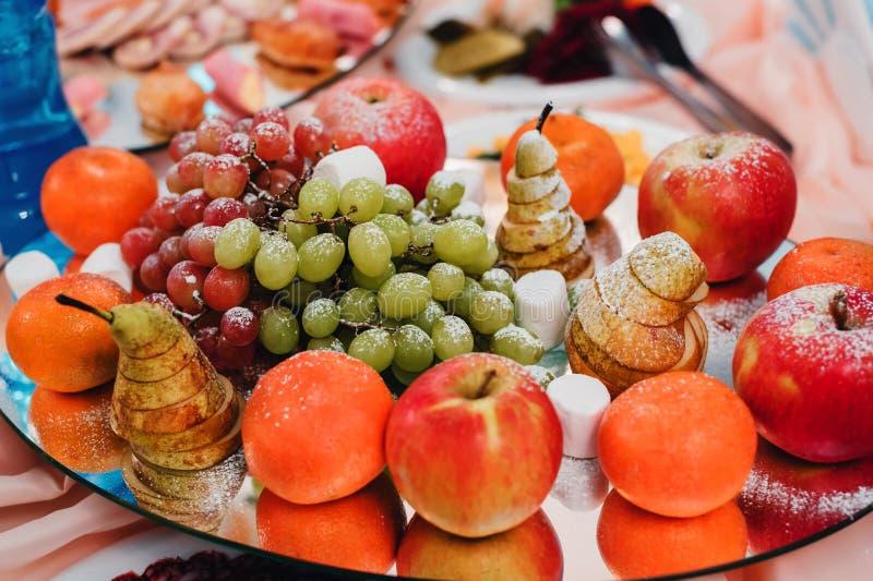 Disco de la fruta de peras, de manzanas, de mandarinas y de uvas para la dieta vegetariana sana foto de archivo libre de regalías