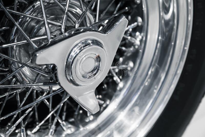 Disco de roda cromado Carro desportivo luxuoso do vintage fotografia de stock