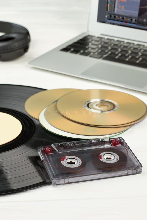 Disco de vinilo, disco compacto y casete fotografía de archivo