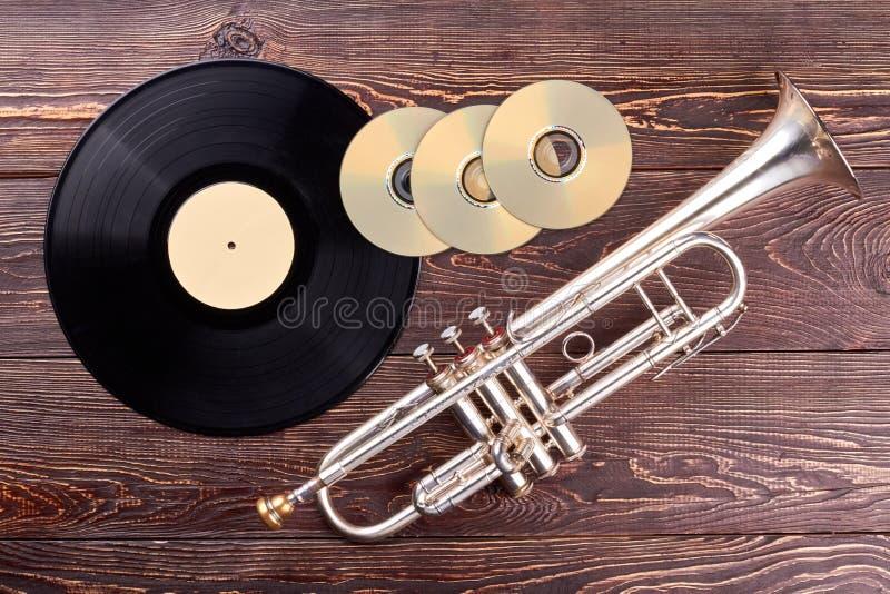Disco de vinilo, discos del Cd y trompeta fotos de archivo libres de regalías