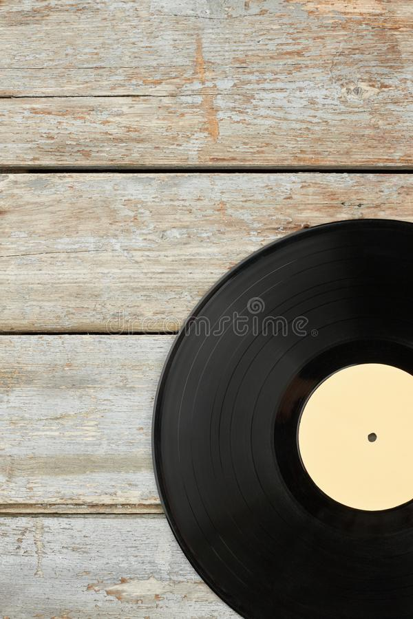Disco de vinilo en viejo fondo de madera fotos de archivo