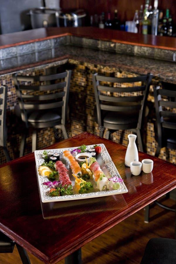 Disco dei sushi sulla tabella in ristorante giapponese fotografie stock