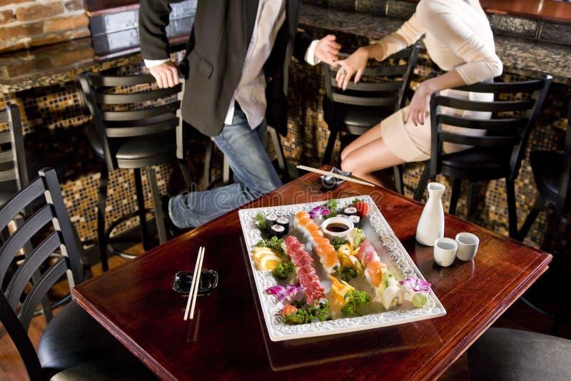 Disco dei sushi sulla tabella in ristorante giapponese fotografie stock libere da diritti