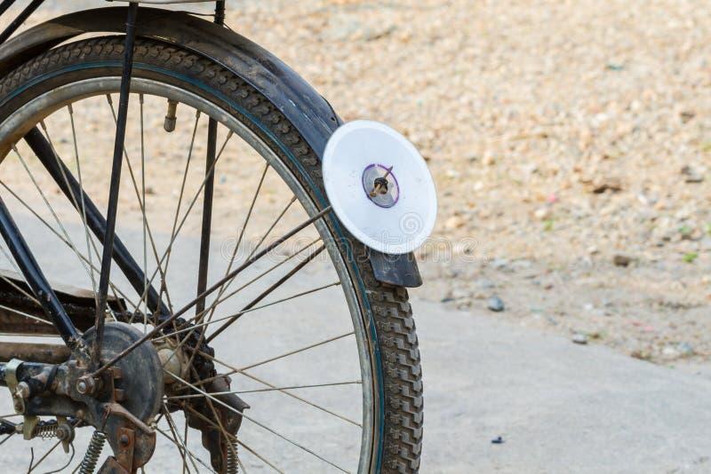 Disco del CD sul parafango posteriore della bicicletta, usato come riflettore immagine stock