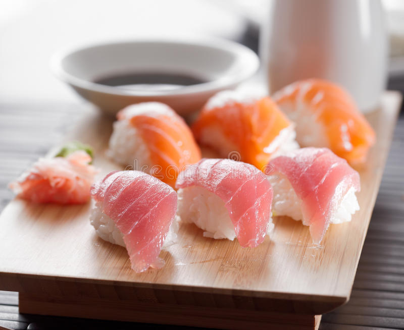 Disco del sushi con nigiri del atún y de los salmones foto de archivo