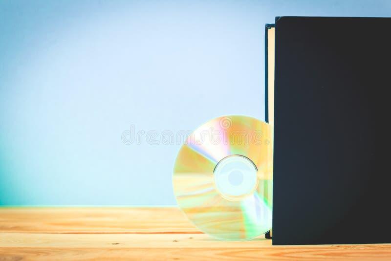 Disco di DVD e del libro immagini stock