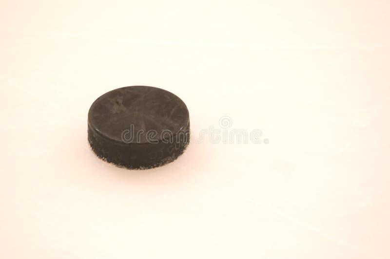 Disco di gomma su ghiaccio immagini stock