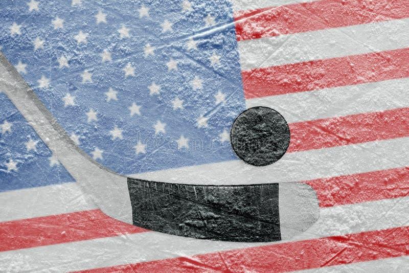 Disco di hockey e della bandiera americana con un bastone immagine stock