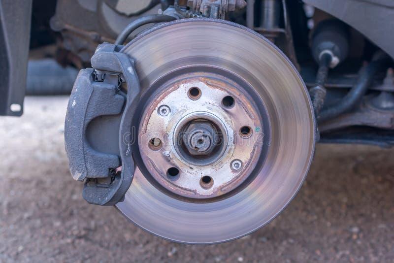 Disco do freio e cubo de roda levemente gastos de um carro em detalhe foto de stock