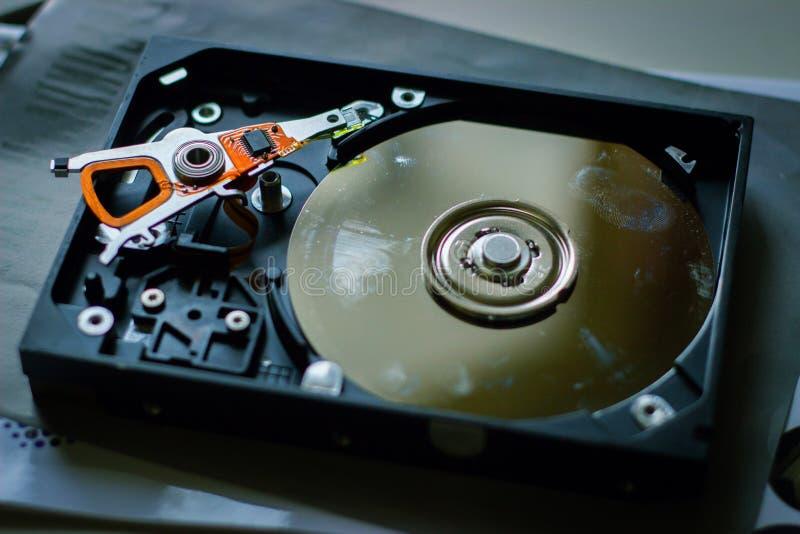 Disco duro con las huellas dactilares en la tabla imagen de archivo libre de regalías