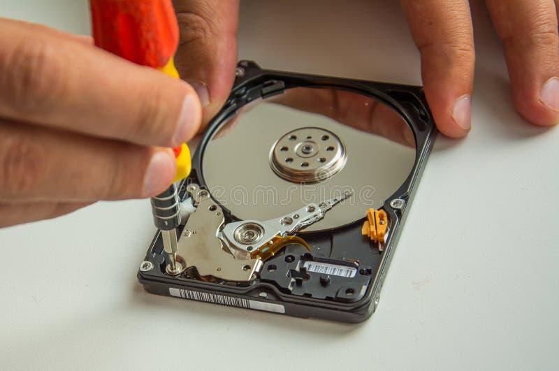 Disco duro de fixação usando a chave de fenda, close-up fotos de stock