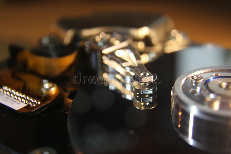 Disco duro desmontado del ordenador, hdd con efecto del espejo Disco duro abierto del hdd del ordenador con el espejo imágenes de archivo libres de regalías