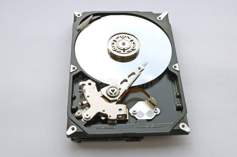 Disco duro desmontado para el ordenador en el fondo blanco imagen de archivo libre de regalías