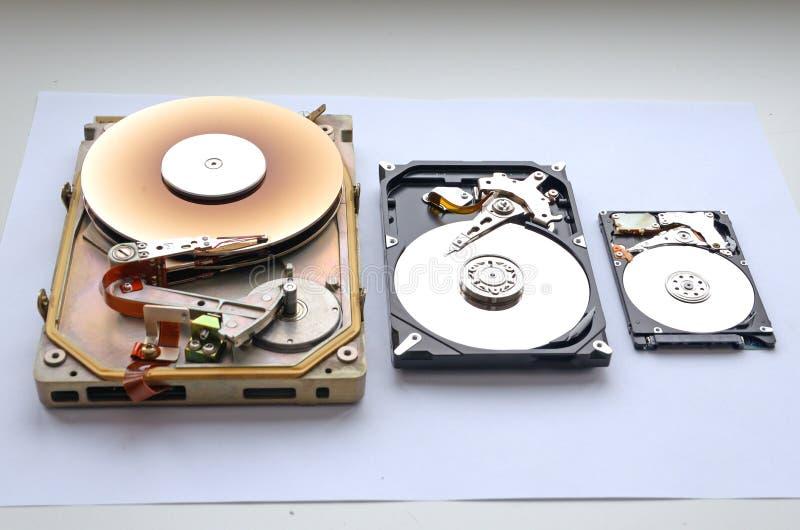 Disco duro raro desmontado Factor de forma del interfaz MFM/ST 412 de 5 25 y sata 3 5 y 2 factor de forma de 5 discos duros imágenes de archivo libres de regalías