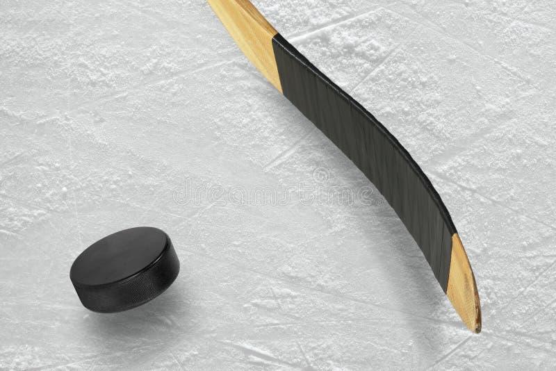 Disco e bastone di hockey sul ghiaccio fotografia stock libera da diritti