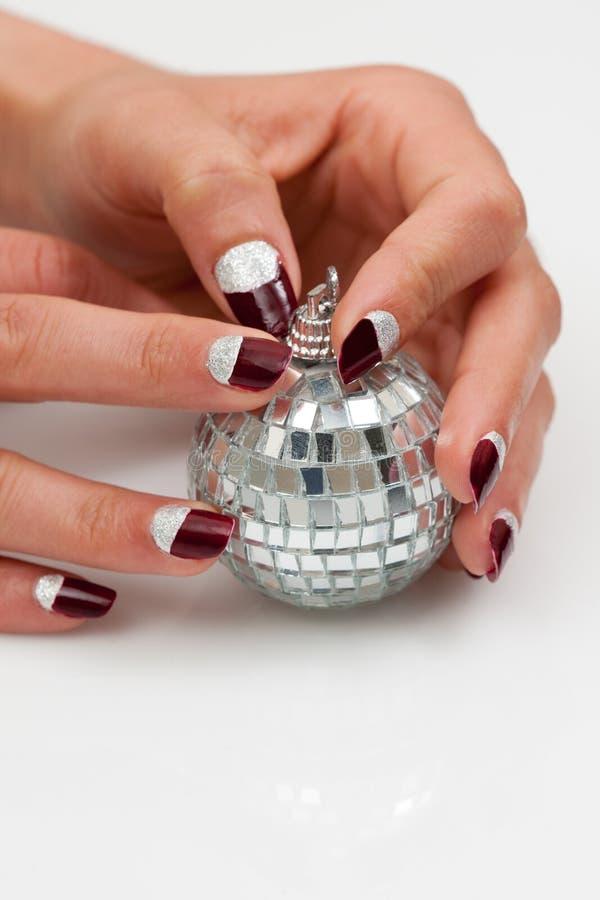 Disco-esfera nas mãos fêmeas fotografia de stock royalty free