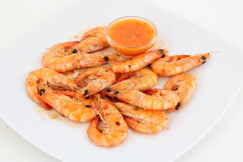 Disco fresco del camarón con la salsa roja imagenes de archivo