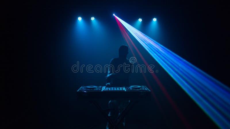 Disco-jóquei, DJ com laser foto de stock royalty free