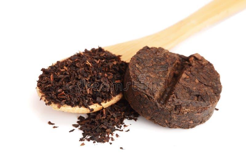 Disco liso redondo do chá do puer isolado no fundo branco Chá plutônio-erh fermentado chinês pressionado fotos de stock