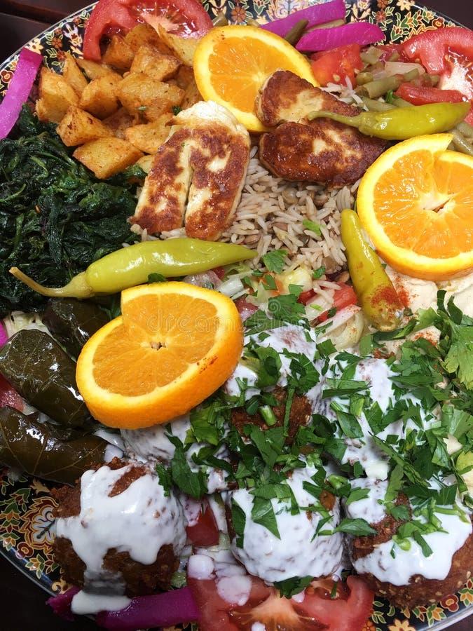 Disco para compartir - la comida árabe vegetariana fotos de archivo