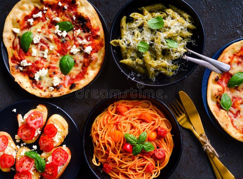 Disco-pastas, bruschetta y pizza vegetarianos italianos imagen de archivo libre de regalías