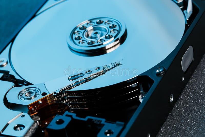Disco rígido desmontado do computador, hdd com efeito do espelho Disco rígido aberto do hdd do computador com efeitos do espelho  foto de stock royalty free