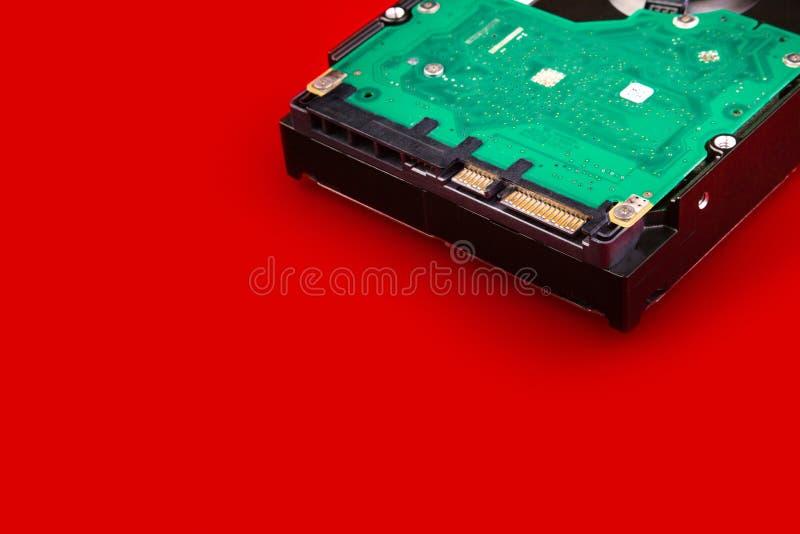 Disco rígido do computador em um fundo vermelho com espaço para seu texto imagens de stock royalty free