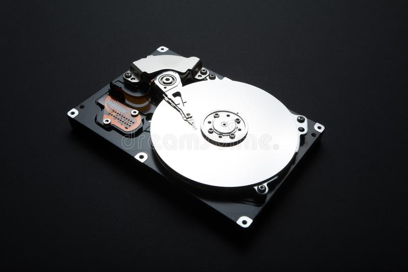 Disco rígido do servidor em um fundo preto Armazenamento de dados pessoais dos usuários no hdd imagens de stock royalty free