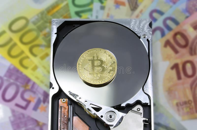 Disco rigido con valuta dell'europeo del fondo e del bitcoin immagini stock