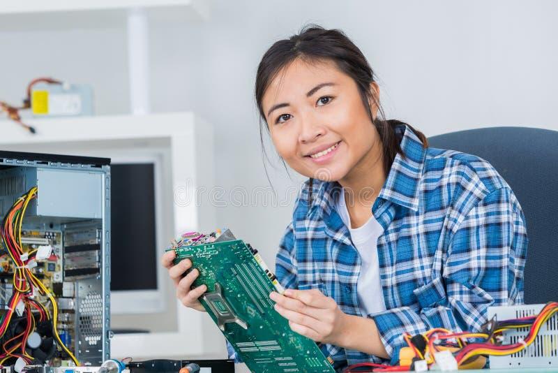 Disco rigido del computer della riparazione della donna immagini stock