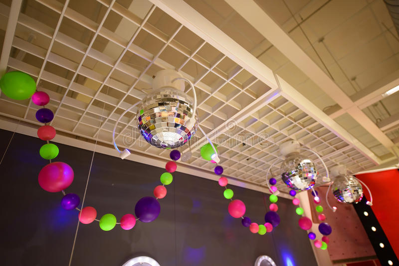 Discobälle und Glühlampen der bunten Partei stockbilder