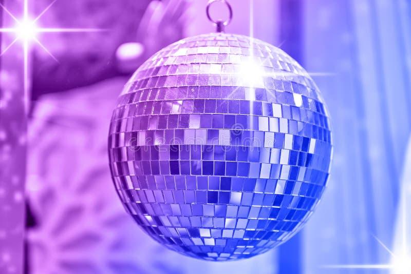 Discobal met heldere stralen van lichten, partijachtergrond stock afbeeldingen