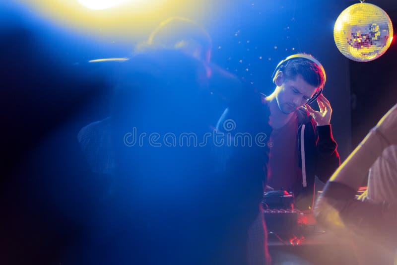 Discoball über DJ-` s Kopf lizenzfreie stockbilder