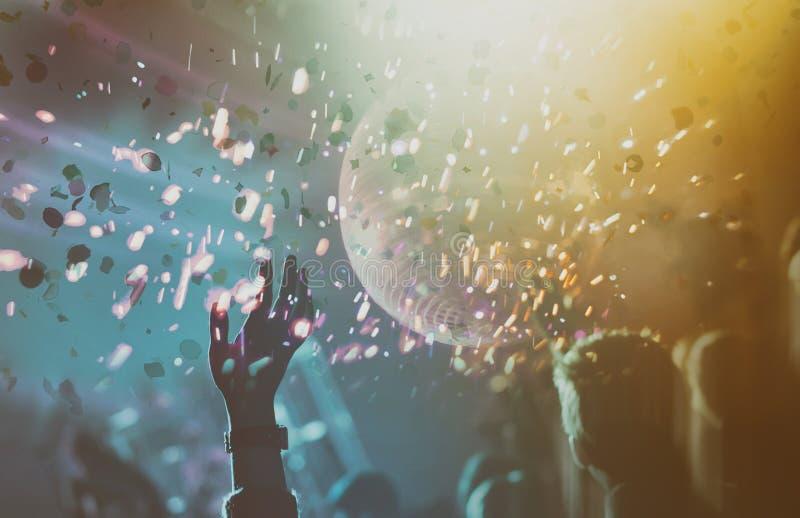 Discoball mit Lichtern und Konfettis lizenzfreie stockfotos