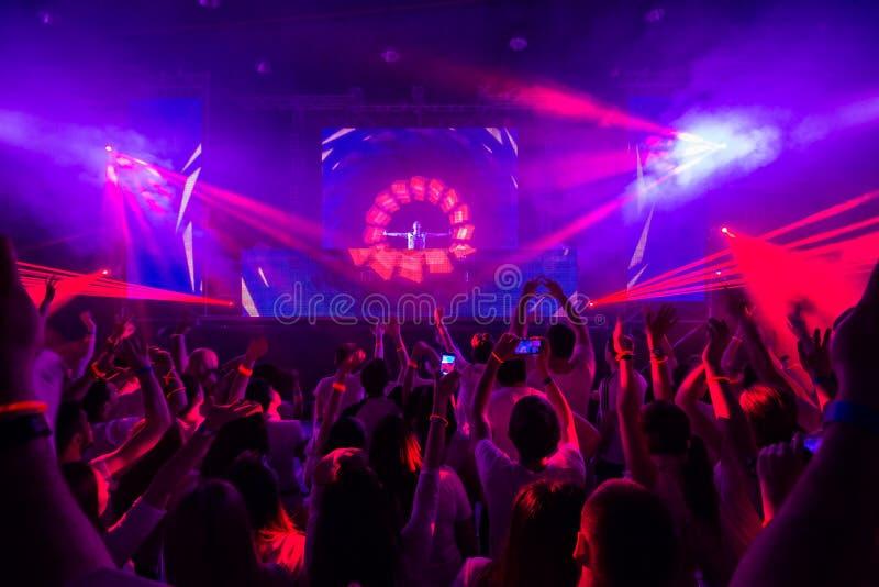 Discoclub met DJ op het stadium royalty-vrije stock foto's